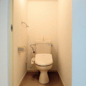 トイレはウォシュレット付き♪(※写真は4階同間取り別部屋のものです)