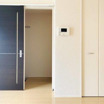 お次は2階へ。扉の横には収納も。