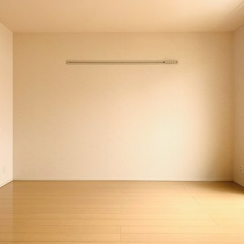 【洋9】こちらは寝室として。広めの洋室なので大きめのベッドでもすっぽり入りますね。