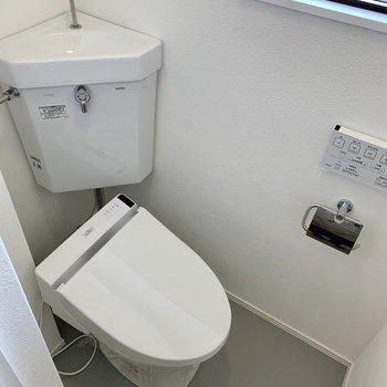 トイレは個室になっていますよ。窓もあって換気しやすい。