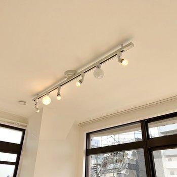 【Bed Room】お部屋を照らすのはライティングレール。2種類のライトが使われていてオシャレ。