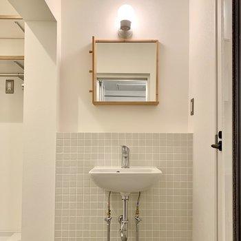 シンプルですが、可愛らしい鏡の洗面台。