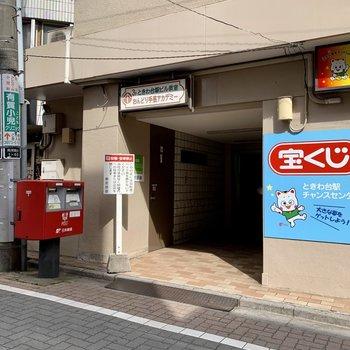 駅の横に入り口がありますよ。