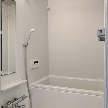 棚と鏡は便利ですね。浴室乾燥機付き。