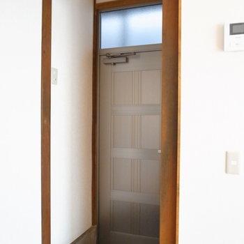 コンパクトな玄関。高低差があって、腰かけることができます。