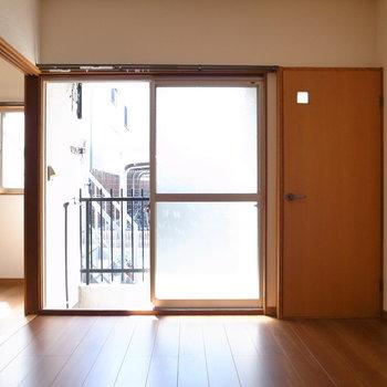 【洋室】こちらも明るさがあります。右はしの扉はトイレ!