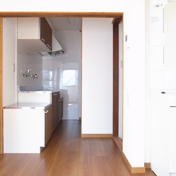 【DK】大きめのキッチンと、そのすぐ向かいにお風呂があります。