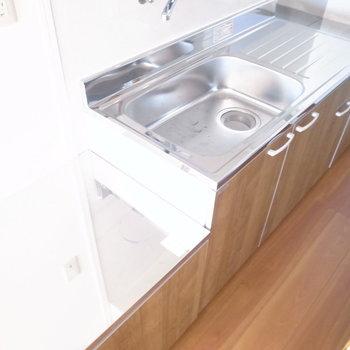 長めのキッチン。奥にコンロがいいでしょうか。