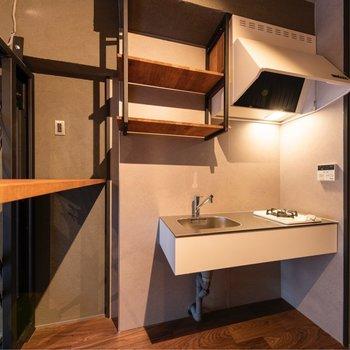 スタイリッシュなキッチンまわりも見せる収納がたっぷり