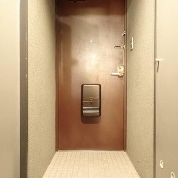 玄関はゆったりめです。
