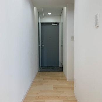 廊下、まっすぐ行くと玄関。途中右に曲がるとキッチン。※写真は3階の同間取り別部屋のものです