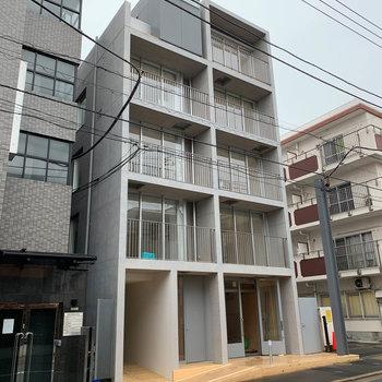 コンクリートの5階建てマンション。