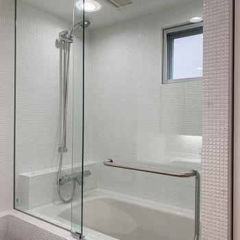 右向くとお風呂。湯船と洗い場は兼用です。※写真は3階の同間取り別部屋のものです