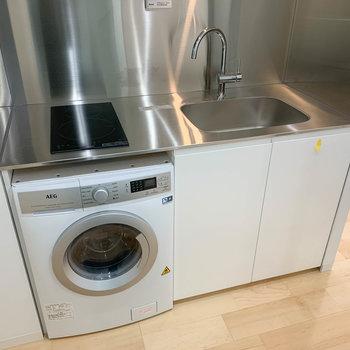 キッチンは縦型二口IHタイプ。※写真は3階の同間取り別部屋、クリーニング作業前のものです