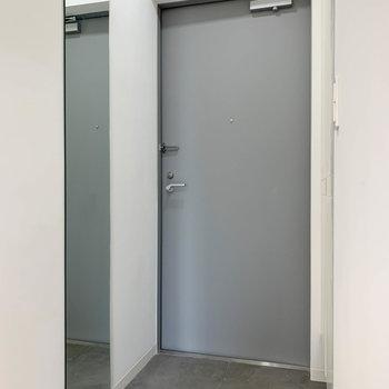 玄関。横に姿見もあるのがグッド。※写真は3階の同間取り別部屋のものです