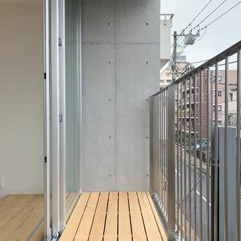 ウッドデッキのベランダです。※写真は3階の同間取り別部屋のものです