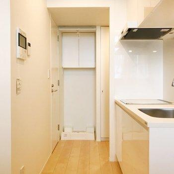 【DK】洗濯機置き場は隠すこともできます。※写真は3階の同間取り別部屋のものです