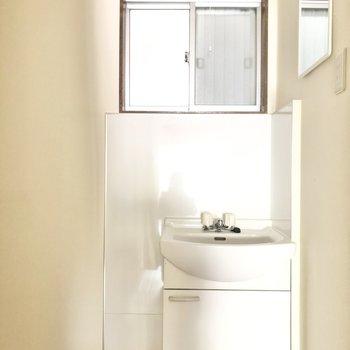 コンパクトな洗面台、 横をむいて顔を洗いましょう!