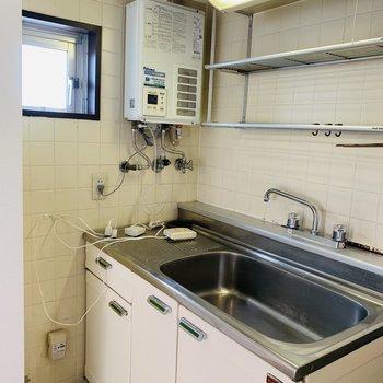 キッチンにも小窓があります