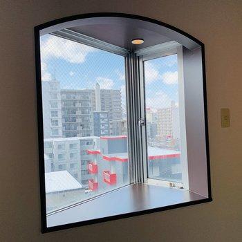 LDKには西向きのかわいいアーチ型の出窓♪