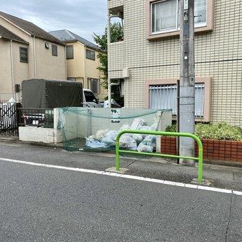 ゴミ置き場は道路側にありました。