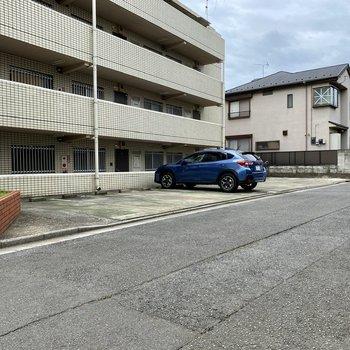 駐車場(空き要確認)。通りに面しており出し入れがスムーズそうでした。