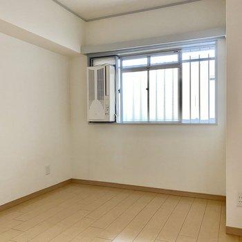 【洋室5.3帖】こちらの窓は共用部に面しています。窓に半透明の目隠しがされています。