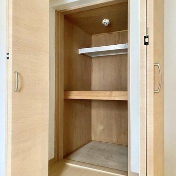 【洋室4.6帖】左は扉を開けてから少し空間があり、その奥に物入れがあるイメージ。