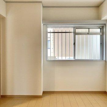 【洋室4.6帖】目隠しがなく比較的明るい印象。