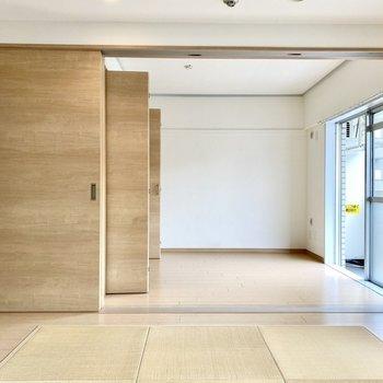 【リビング】隣の洋室とは大きな引き戸で仕切られています。