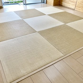 【リビング】枯色の渋い琉球畳。思わず寝転んでみたくなってしまいます。