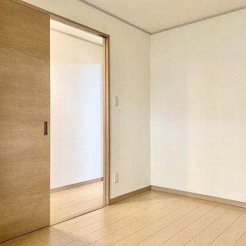 【洋室5.3帖】廊下とは引き戸で繋がっています。