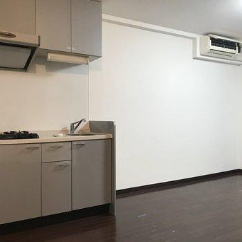 キッチン横のスペースにはテーブルを置こうかな。