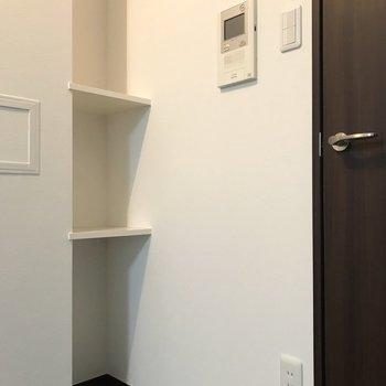 キッチン後ろにちょっとした棚を発見。