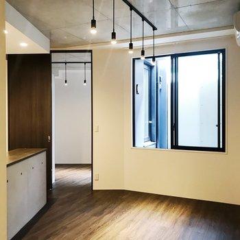 【LDK】天井が高く、圧迫感を感じにくい空間です。