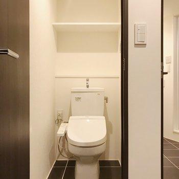 棚付きトイレ。バストイレ別、嬉しい〜〜
