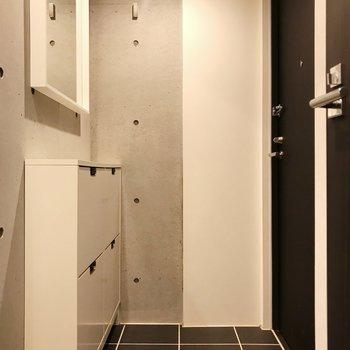 玄関もスタイリッシュに。マットを敷くとメリハリのある空間になりますよ。