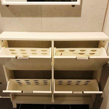 靴箱はフラップ式。8足は収納できるかな。