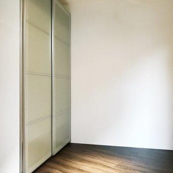 【洋室】クローゼットはスライド扉式に。
