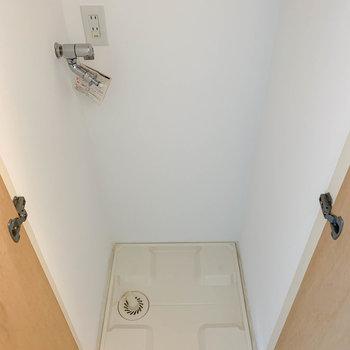 玄関横の扉を開けると洗濯機置き場。