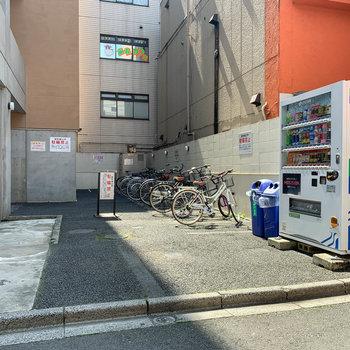 裏に駐輪場があります。