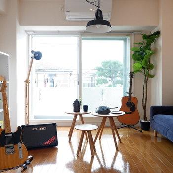 テレキャスでもアコギでも演奏可能なんです。※写真は2階の同間取り別部屋のものです