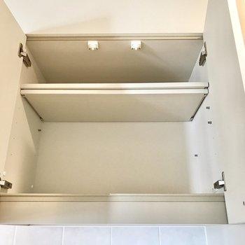 上の棚に食器をまとめるのが良さそう