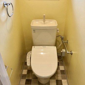 窓付きトイレは、鮮やかイエロー!