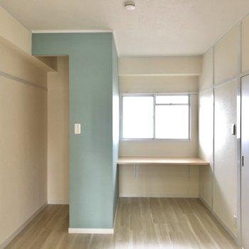 そして、奥のキュートな洋室。窓開けると共用廊下です!
