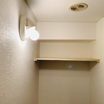 良い感じの照明と収納棚もあります