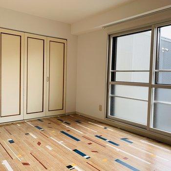 洋室の大きな窓は南向き