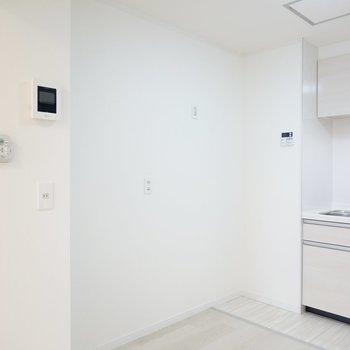 冷蔵庫置場は左側に。その他の家電もまとめて置けそうです。