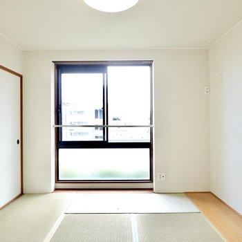 もうひとつは6帖の和室。FIX窓がたくさん光を取り込んでくれます。