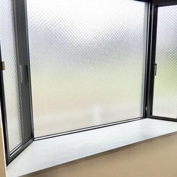 出窓は曇りガラスで外からの視線も気になりません。